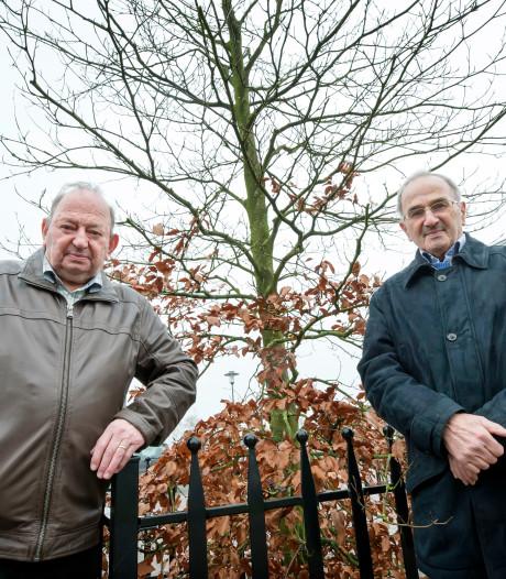 Tweelingbroers (80) strijden tegen gemeente voor eerherstel gesneuvelde vader in Molenschot