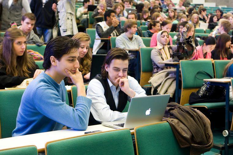 Studenten in college aan de Erasmus Universiteit in Rotterdam. Data van docenten en studenten worden in Nederland op grote schaal geruild voor commerciële onderwijsdiensten. Beeld Koen Suyk / ANP