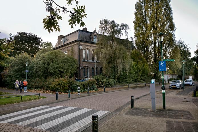 Eigenaar Marcel van Hooijdonk wil het Fraterhuis in Deurne om laten bouwen tot appartementencomplex voor studenten.