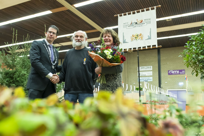 Burgemeester Joost van Oostrum met Jan Krooshof en zijn vrouw Ria, nadat Van Oostrum hem een koninklijke onderscheiding heeft opgespeld, op de Spilbroekshow in Neede.