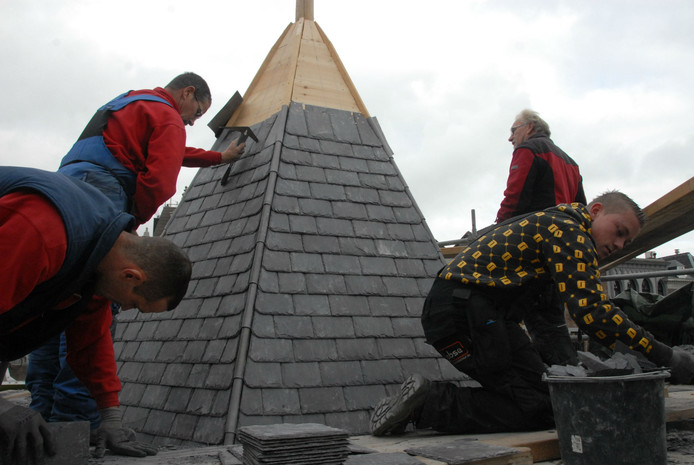 Leidekkers van het bedrijf Jobse uit Bergen op Zoom kennen geen hoogtevrees.