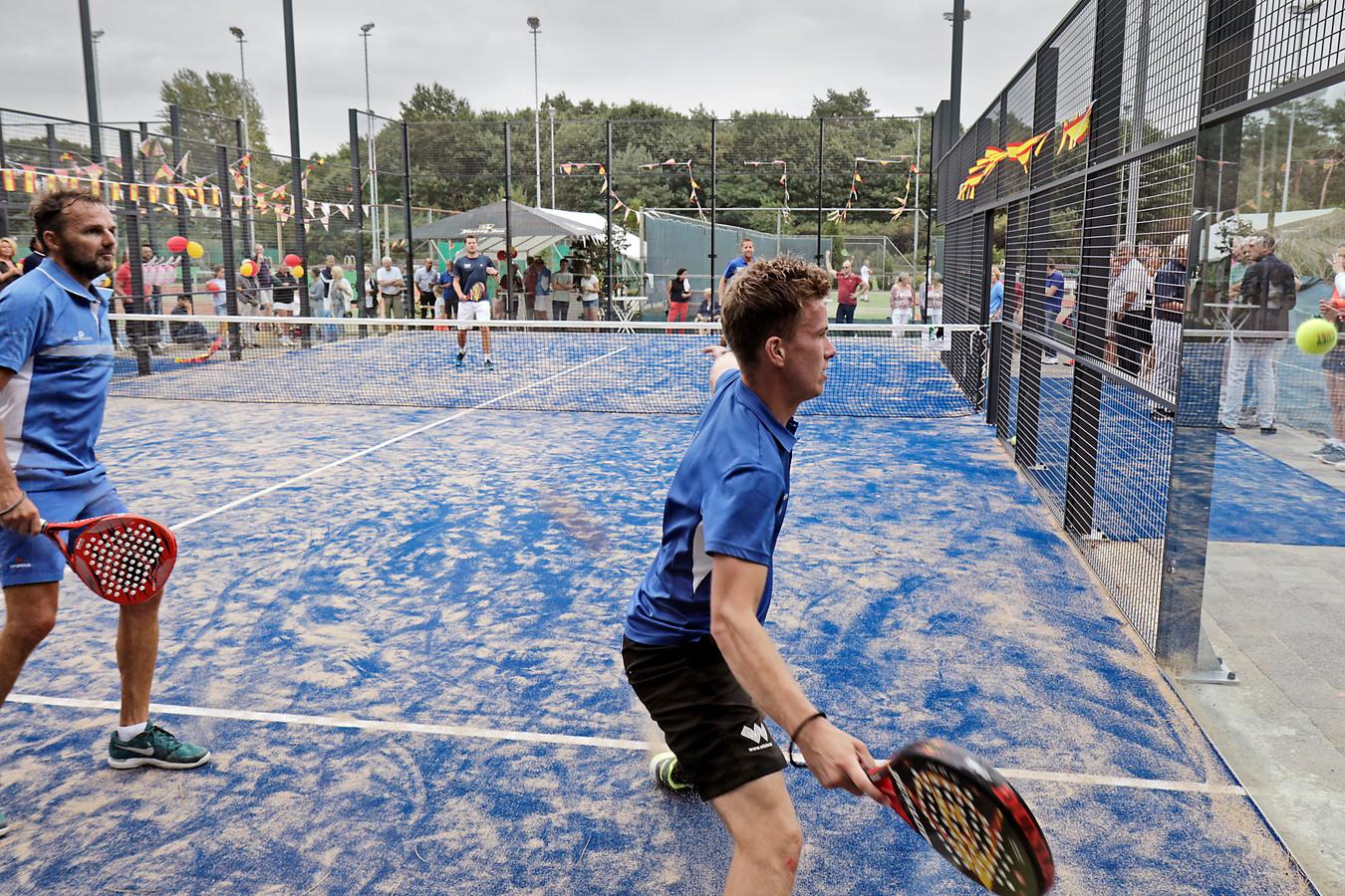 Bij padel spelen twee teams op een baan van 20 bij 10 meter die omgeven is door een glazen wand.