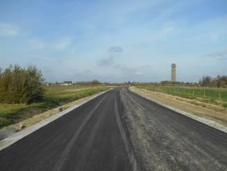 Een historisch moment! Het eerste stukje asfalt van de omleidingsweg is gegoten