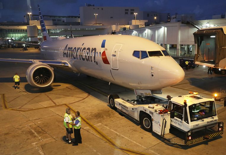 Een Boeing 737 Max 8 van de Amerikaanse maatschappij American Airlines wordt weggesleept op de luchthaven van Miami.