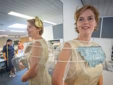 Kamerlid Hilde Palland hult zich deze Prinsjesdag in bijzondere outfit als 'Zwols icoon'