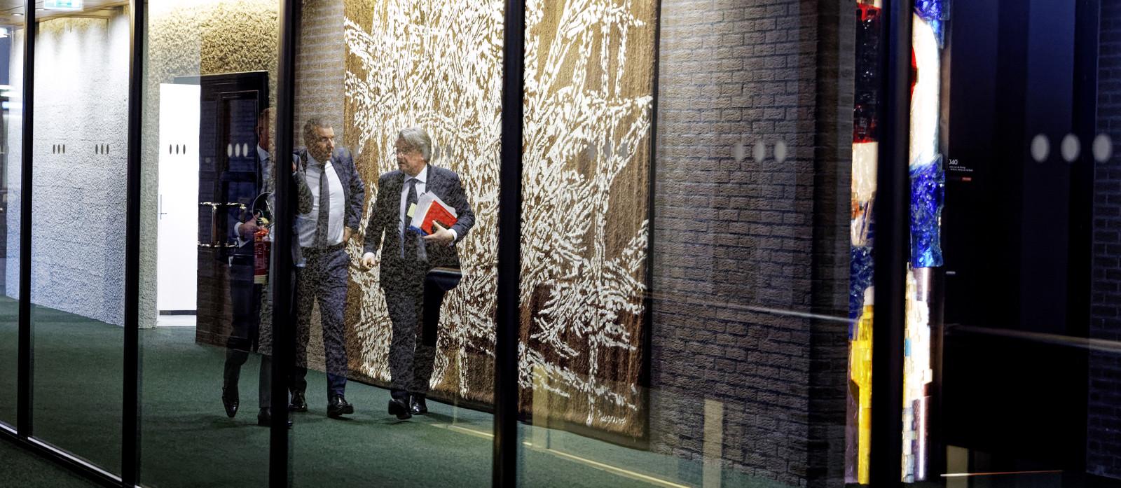 Commissaris van de Koning, Wim van de Donk, pendelde vrijdagavond geregeld tussen de kamer met wethouders en fractievoorzitters van Haaren en de kamer met burgemeester Zwijnenburg.