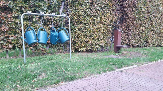 Hier hangen de gieters op de begraafplaats van Kortemark.