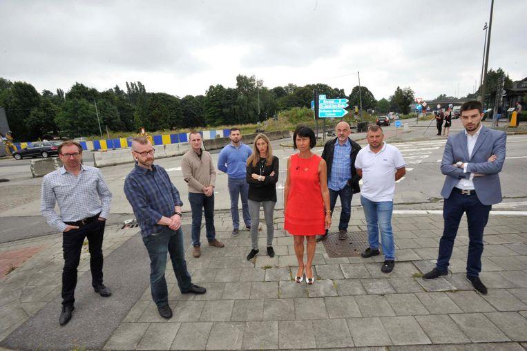 """De werken liggen al maanden stil op kruispunt Woluwedal. Burgemeester Holemans (foto midden) vindt het nieuwe uitstel """"de schande voorbij""""."""