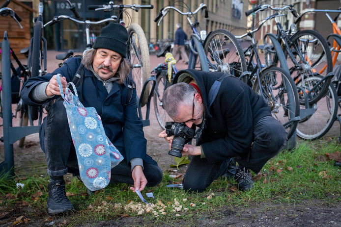 Kunstenaars Brandstifter en Huisman op zoek naar afval aan de voet van het Feestaardvarken bij Rozet.