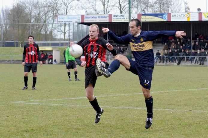 SC Gastel-speler Jelle Oomen (links) vecht om de bal met Esmir kustura van MOC'17. archieffoto Edmund Messerschmidt/het fotoburo