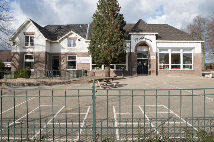 De St. Aloysiusschool op de Boskamp wordt geteisterd door schimmels. Ze tasten het hout en de vloeren aan en zorgen voor een ongezonde luchtkwaliteit.