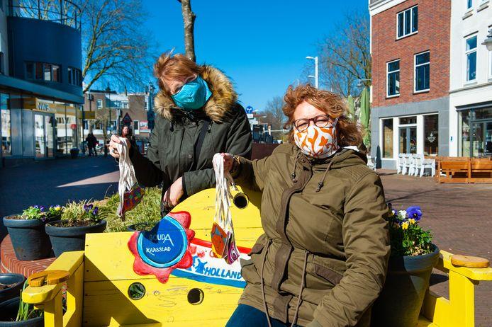 Zussen Anita van Holst (links) en Debora Boadu van The Melting Shop leveren handgemaakte mondkapjes.