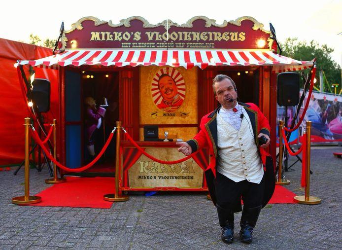 Clown Milko voor zijn nieuwe, piepkleine circus.
