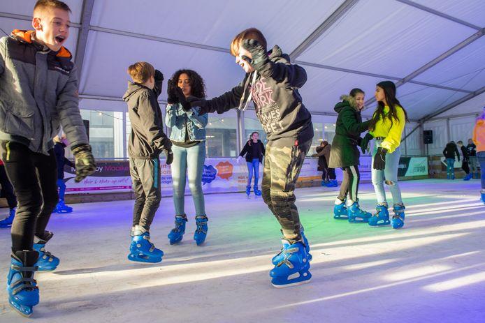 De schaatsbaan op de Markt in Zevenbergen is open. Scholieren mogen schaatsen op donderdagochtend.