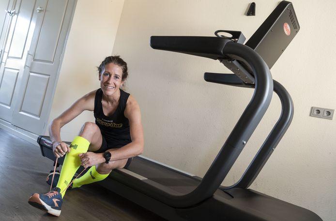 Sabine Wassink (30) hoopt zaterdag het wereldrecord marathon op een loopband te verbreken. Het geld dat ze met haar poging inzamelt, gaat naar het Rode Kruis.