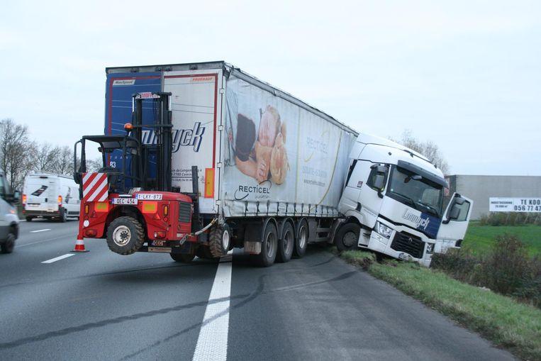 De vrachtwagen blokkeerde het eerste rijvak.