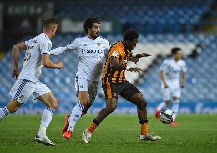 Pascal Struijk in duel met Mallik Wilks van Hull City.