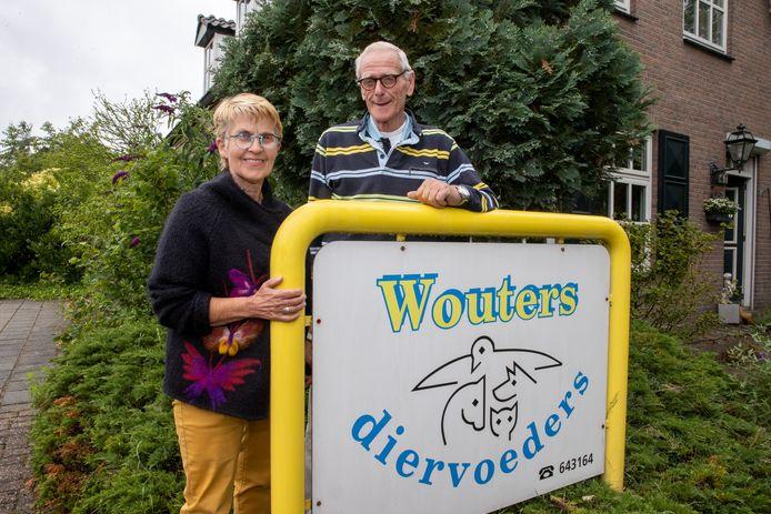 Frans Wouters met zijn vrouw Truus. Na 25 jaar sluit hij de deuren van Wouters diervoeders in Reusel.