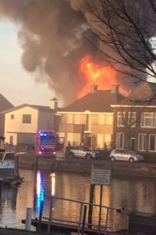 15 woningen ontruimd bij grote brand Genemuiden