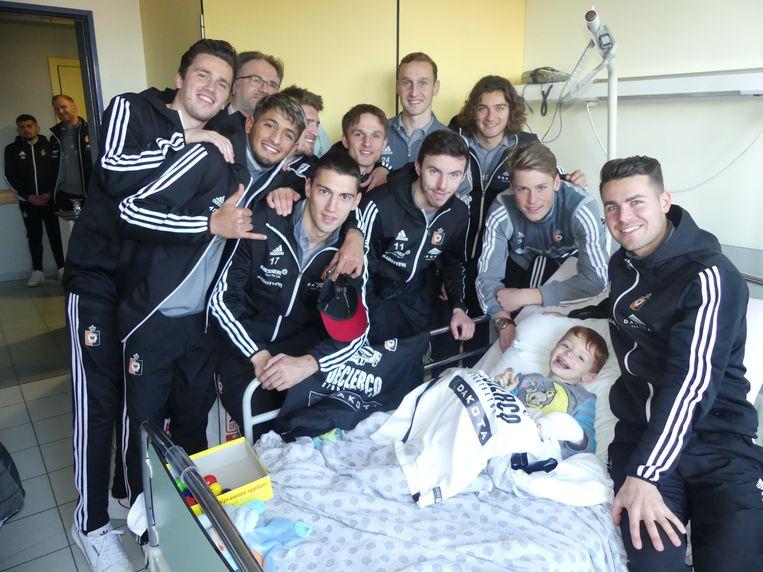 Enkele spelers van KMSK Deinze op bezoek bij een dolgelukkige Achiel Balcaen.