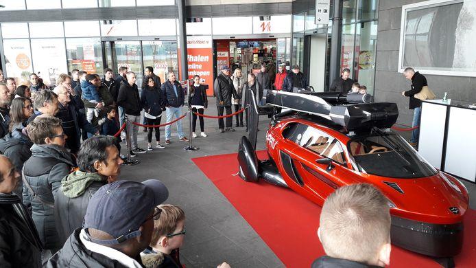 De vliegende auto is te bewonderen in het Utrechtse winkelcentrum The Wall.