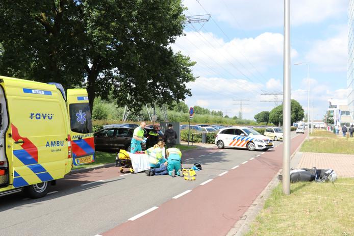 Op de Reactorweg is de bestuurder van een scooter na een botsing op het wegdek beland.