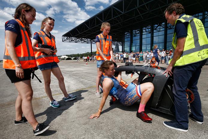 Rosa Bas test de fiets tijdens de testdagen op vliegbasis Soesterberg