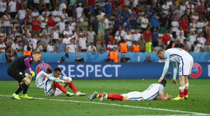 Wayne Rooney troost zijn medespelers na de verrassende nederlaag tegen IJsland.