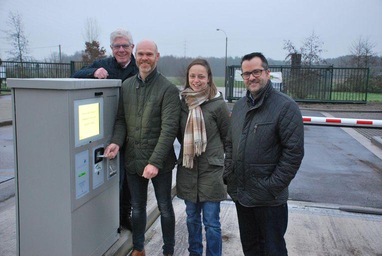 De weegbrug werd geopend door: (v.l.n.r.) Walter Cremers (voorzitter Limburg.net), Raf Drieskens (burgemeester van Neerpelt), Liesbeth Fransen (schepen leefmilieu van Neerpelt) en Guy Joosten (schepen van milieu van Hamont-Achel).