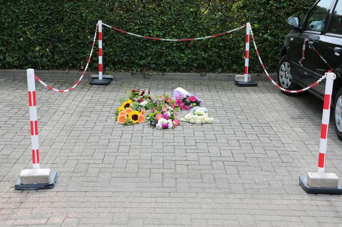 Bloemen op de plaats waar Linda van der Giesen vermoord werd bij het ziekenhuis in Waalwijk.