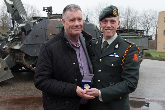 Ewout Sijl uit Bussum kreeg de bronzen legpenning uitgereikt voor zijn heldendaad.