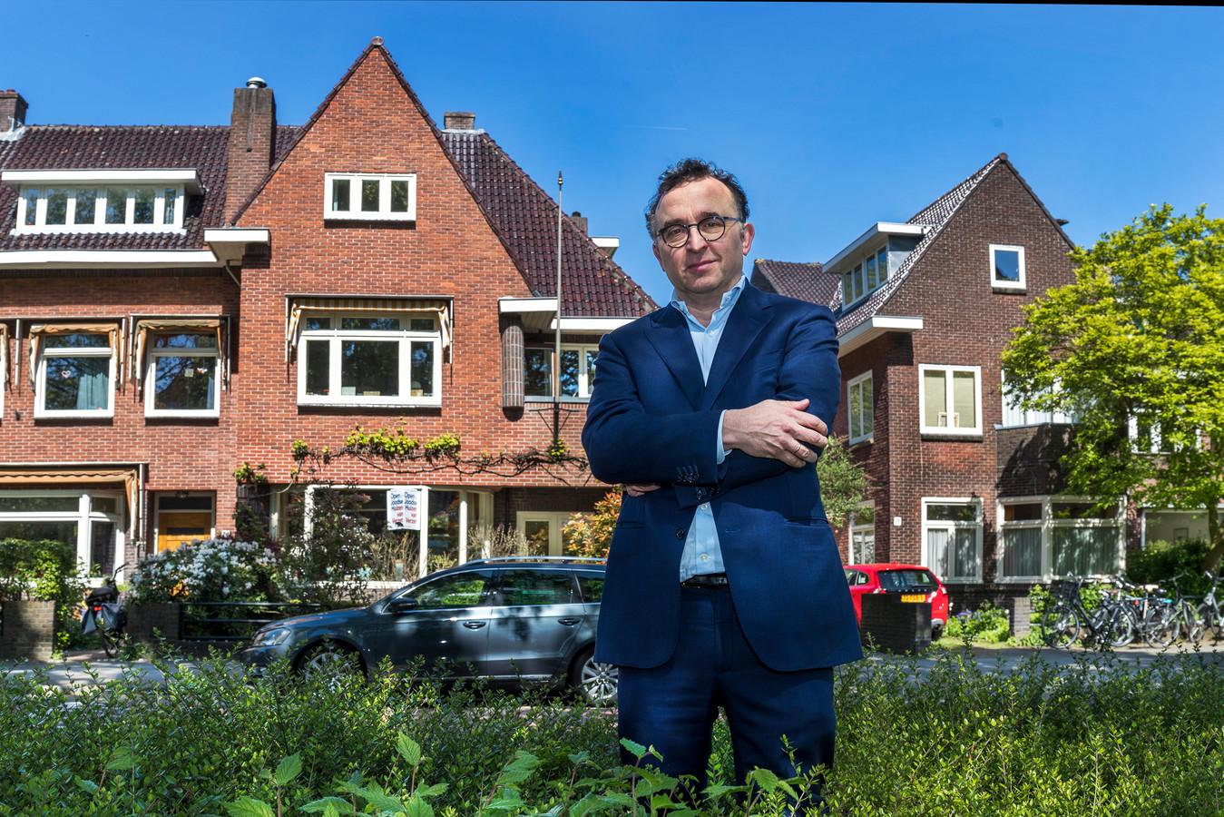 Frank Leijdesdorff, kleinzoon van een Joods echtpaar, voor zijn huis aan de Frederik Hendriklaan