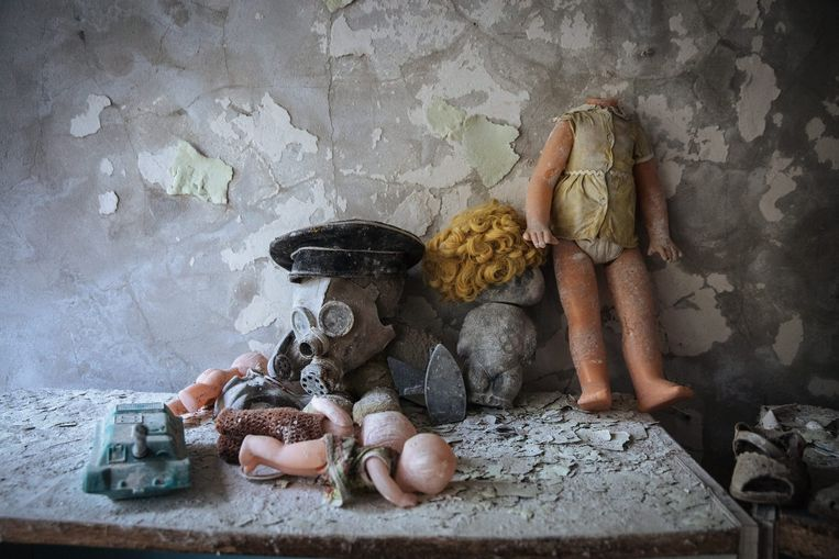 Speelgoed en een gasmasker in een oude kleuterschool nabij de Tsjernobyl kernreactor in de spookstad Pripjat, Oekraïne, 22 april 2016. Beeld epa