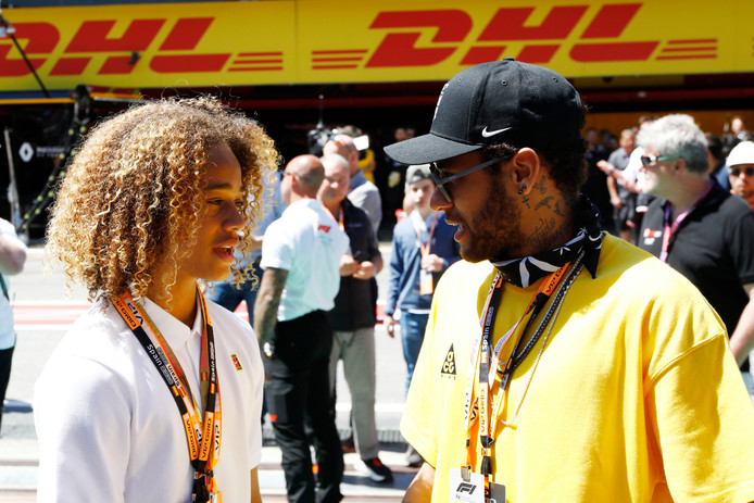 Xavi Simons in gesprek met Neymar bij de Grand Prix van Spanje in Barcelona op 12 mei 2019.