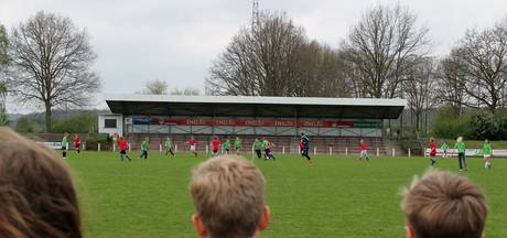 Mauritius en Holtbanck winnen schoolvoetbal in Rheden