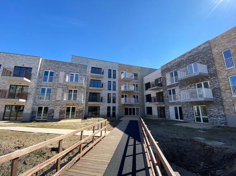Het nieuwe gebouw, dat is opgetrokken voor de huisvesting van senioren, krijgt onverwachts een andere, tijdelijke bestemming: hier kunnen coronapatiënten hun verblijf in het ziekenhuis verder herstellen.