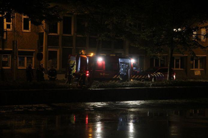 De brandweer, vannacht bij het water van de Fluwelensingel in Gouda.