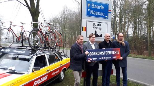 West-Brabantse doorkomstgemeenten van de Vuelta 2020 krijgen van de provincie een speciaal bord. Van rechts naar links gedeputeerde Martijn van Gruijthuijsen, Nico Sommen (wethouder sport Baarle-Nassau), David Vermorken (wethouder sport Gilze en Rijen) en Frank van Raak (wethouder sport Alphen en Chaam).