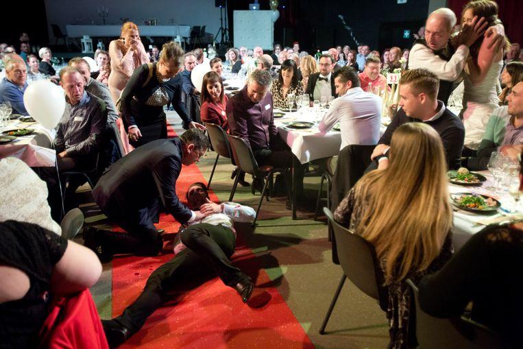 180 gasten waren getuige van een moord tijdens een bloedbruiloft die geïnspireerd was op een politieke vete tussen twee Hoeseltse burgemeesters.
