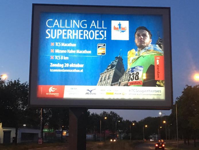 Een reclamebord voor de marathon in Amsterdam op de looproute van de Eindhovense marathon.