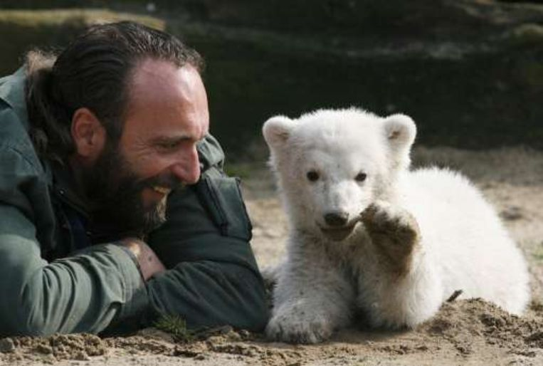Dierenverzorger Thomas Dörflein met Knut begin 2006.