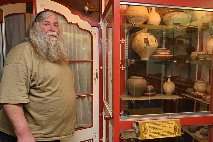 Jo de Wit in zijn archeologische minimuseum.