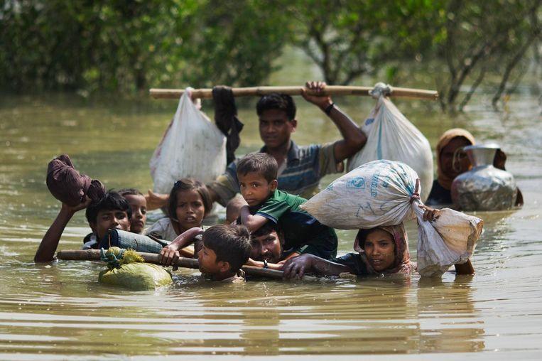 Een Rohingya-familie steekt de grensrivier met Bangladesh over. Beeld ap