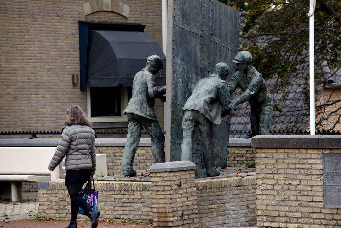 Het kunstwerk op de Dam laat vier beroepen in de scheepvaart zien.