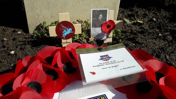 Poppies ter nagedachtenis van William Loney bij zijn nieuwe grafsteen in Oosterbeek.