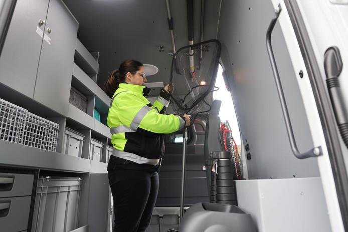 Dierenambulancechauffeur Denise demonstreert hoe veel handiger de grotere ambulance is.