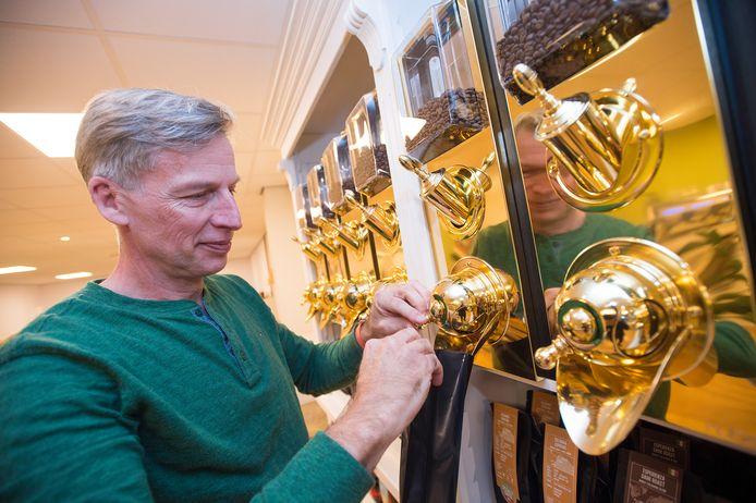 Vince de Lange heeft twaalf koffiesoorten in het assortiment van zijn winkel die zaterdag opengaat.