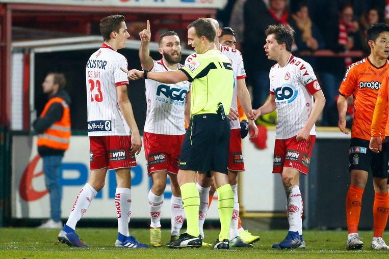 De KV Kortrijk-spelers gaan verhaal halen bij ref Nathan Verboomen.