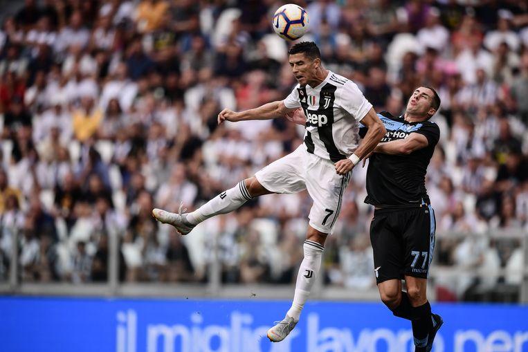 Ronaldo in duel met Marusic van Lazio. Beeld null