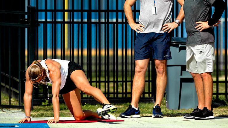 Florida, april 2016. Dafne Schippers doet oefeningen, Bart Bennema (links) en Rana Reider kijken toe. Beeld null